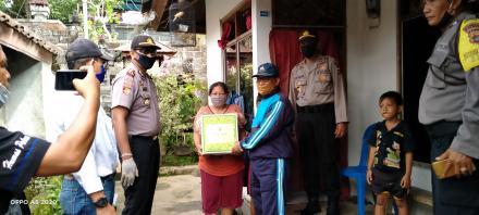 Penyerahan bantuan sembako dari bapak Kapolres Buleleng Melalui Kapolsek Busungbiu